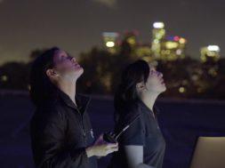 『ワンダーウーマン』夜空を300機のドローンで彩るソフトのプロモーション映像