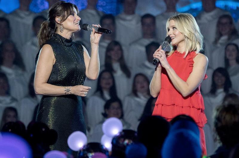イディナ・メンゼル&クリステン・ベル、「アナと雪の女王/家族の思い出」の新曲をディズニーランドで歌う映像