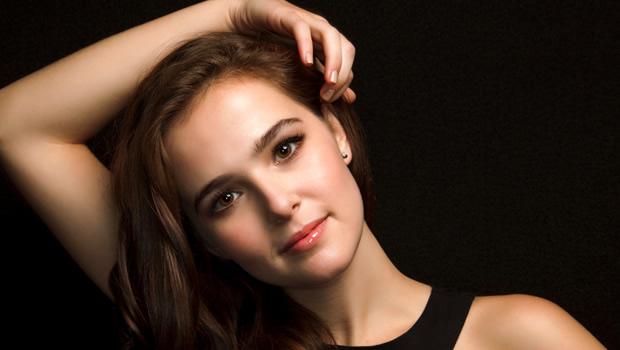 キューティー映画の申し子ゾーイ・ドゥイッチ主演、NY娘が英ケンブリッジで騒動を起こす『Cover Girl』