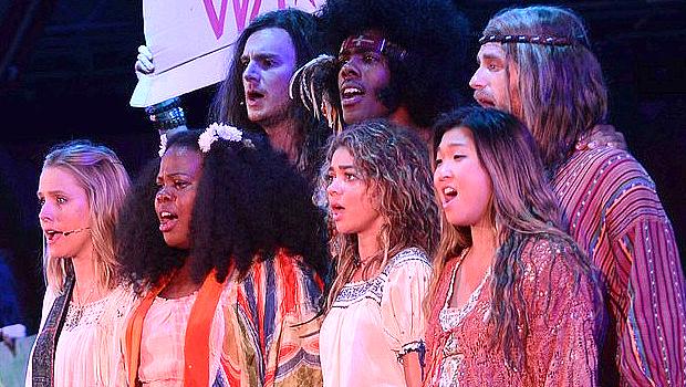 ハリウッド・ボウルで公演されたクリステン・ベル主演「ヘアー」、舞台の映像