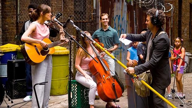 ニューヨークの街角で、ミュージシャンたちの再起を描く『はじまりのうた』