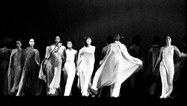 エイヴァ・デュヴァーネイ、1973年に行われた伝説のファッションショーを映画化
