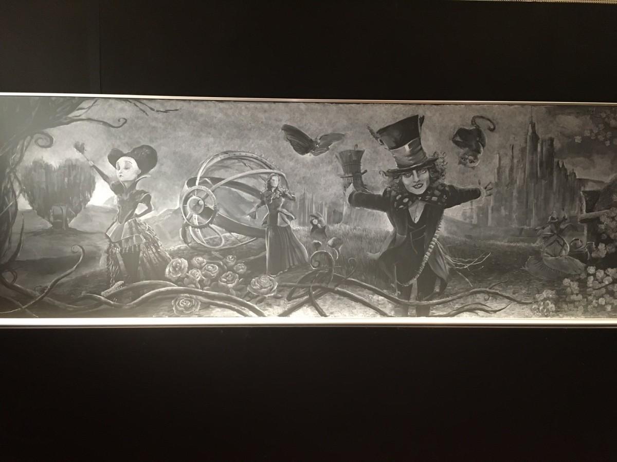 アリス「黒板アート」がスゴすぎ!奥行き感ハンパない – シネマトゥデイ