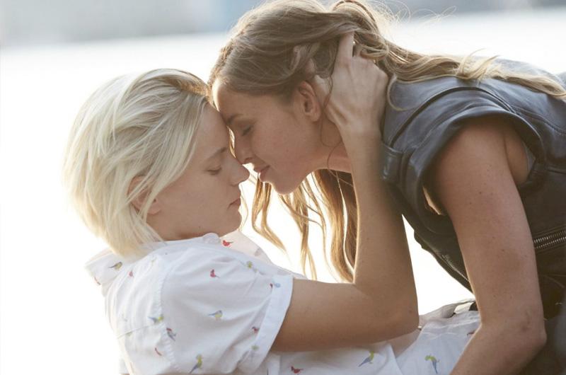 男性モデルとしても活躍するエリカ・リンダー初出演レズビアン映画『Below Her Mouth』予告編
