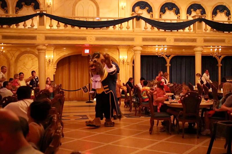 米ディズニー・ワールドのレストランに『美女と野獣』のあの人が歌と共に登場!
