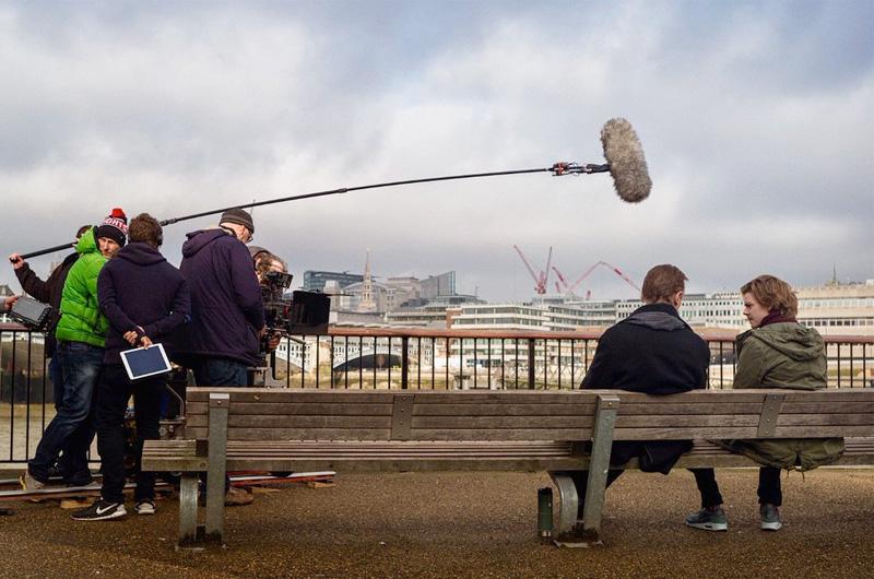 ヒュー・グラントはまだ英首相?豪華キャスト再結集『ラブ・アクチュアリー』続編短編の撮影風景