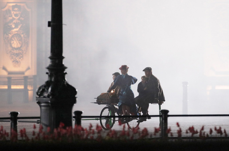 『メリー・ポピンズ』続編『Mary Poppins Returns』、バッキンガム宮殿前での撮影風景