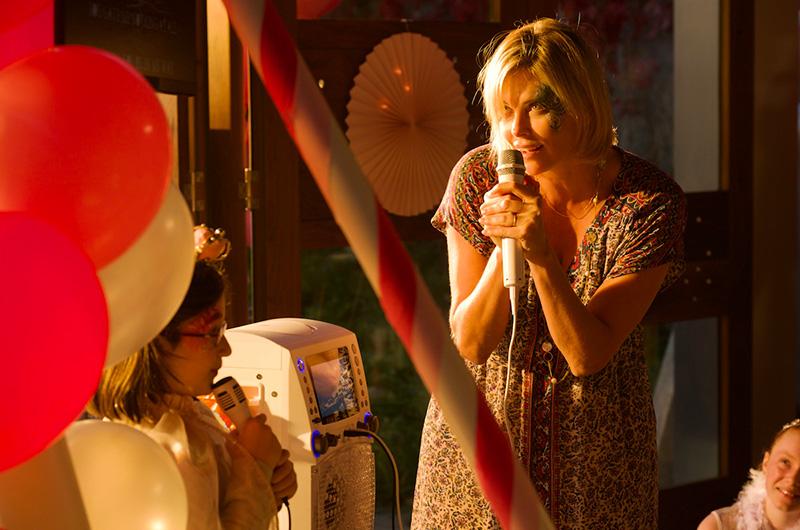 8/17公開『タリーと私の秘密の時間』シャーリーズ・セロンが「Call Me Maybe」を熱唱