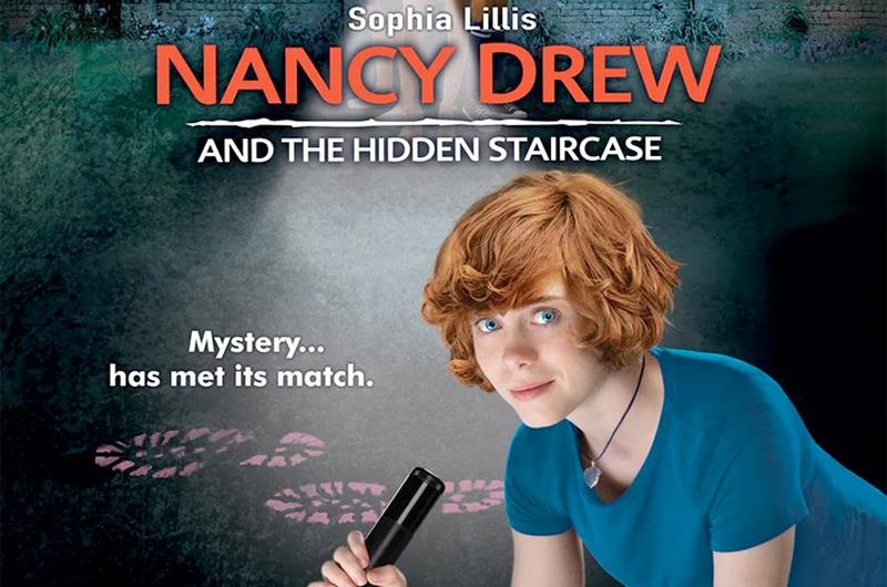 ソフィア・リリスが女子高生探偵ナンシー・ドリューを演じる『Nancy Drew and the Hidden Staircase』のポスターは『ミーン・ガールズ』風