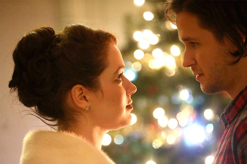 ジェニファー・ストーン主演、サンタクロースの娘が結婚前にお忍びで学生生活を送る『Santa Girl』