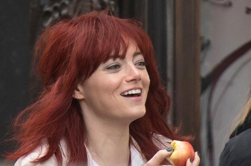 エマ・ストーン主演『Cruella』撮影風景。クルエラは赤毛?