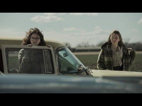 60'sの田舎町を舞台に、タイプの違う女の子2人の友情を描く『To The Stars』予告編